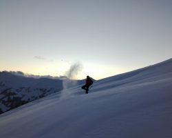 Ski fahren im Tiefschnee
