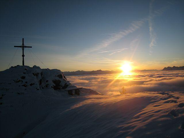 Gipfelkreuz vor Sonnenuntergang